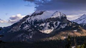 Vista para o pico de Havran em montanhas de Tatra em Eslováquia - vídeo 50fps do lapso de tempo filme