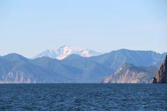 Vista para o vulcão de Mutnovsky da água na península de Kamchatka, Rússia imagem de stock royalty free