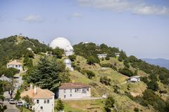 Vista para Shane Observatory e o telescópio automatizado do inventor do planeta, Mt área de Hamilton, San Jose, San Francisco Bay imagem de stock royalty free