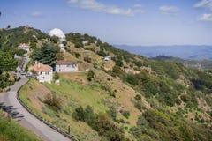 Vista para Shane Observatory e o telescópio automatizado do inventor do planeta, Mt área de Hamilton, San Jose, San Francisco Bay foto de stock