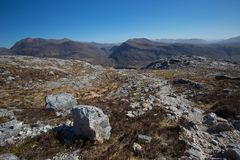 Vista para Slioch da fuga de montanha na reserva natural do nacional de Beinn Eighe imagens de stock royalty free