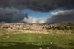 Vista parcial de la ciudad antigua de Gerasa después de una tormenta fotografía de archivo libre de regalías