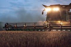 Vista parcial de una cosechadora en un campo en la noche Imágenes de archivo libres de regalías