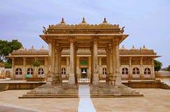 Vista parcial del complejo de Sarkhej Roza, de la mezquita y de la tumba Makarba, Ahmadabad, Gujarat foto de archivo libre de regalías