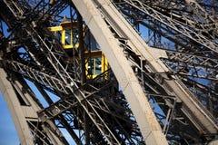 Vista parcial del elevador de la torre Eiffel Imagen de archivo libre de regalías