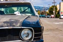 Vista parcial del frente de un vehículo antiguo fotos de archivo