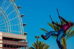 Vista parcial del ojo, del aparcamiento y de la estatua de Orlando del niño en el oscilación en área internacional de la impulsió fotos de archivo