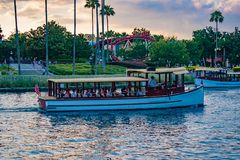 Vista parcial do barco do roller coaster e do t?xi em Citywalk na ?rea de Universal Studios foto de stock