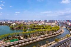 Vista parte ad area del lago e del parco Langton del distretto residenziale di Tiejiangying fotografia stock libera da diritti