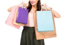 vista parziale dei sacchetti della spesa della tenuta della donna in mani Fotografia Stock