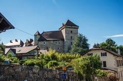 Vista parziale del castello e delle case di Annecy con una parete a Annecy Fotografia Stock