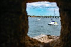 Vista parziale del fiume e delle barche a vela del Matanzas dalla finestra di pietra della torretta in Castillo de San Marcos For immagine stock libera da diritti