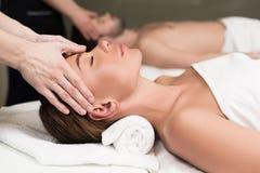 vista parziale del primo piano di giovani coppie che hanno massaggio in stazione termale fotografia stock libera da diritti