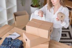 vista parziale dell'acquisto dei clienti dell'imballaggio dell'imprenditore in scatole di cartone Fotografia Stock Libera da Diritti