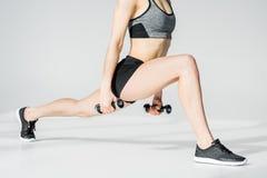 Vista parziale di giovane addestramento atletico della donna con le teste di legno Immagine Stock