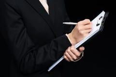 Vista parziale di scrittura della donna di affari in blocco note Immagini Stock Libere da Diritti