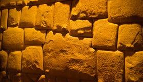 Vista ? pedra Doze-angular aka Hatun Rumiyoc como uma pe?a de uma parede do pal?cio do arcebispo de Cuzco, Peru fotografia de stock royalty free