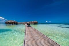 Vista perfecta de los chalets de lujo del agua en la isla de Maldivas Mar azul y cielo azul, opinión idílica del mar de un camino fotos de archivo