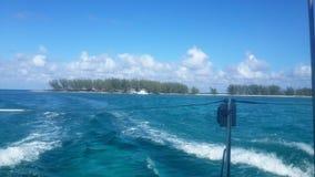 Vista perfecta de una playa en la distancia de un barco en Cayo Largo Cuba fotografía de archivo