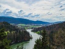 Vista perfeita ao rio doubs perto da cachoeira do du doubs do saut foto de stock royalty free