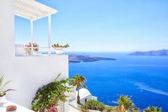 Vista perfeita com a casa grega tradicional no lado de mar imagens de stock