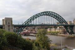 Vista più vicina al ponte sopra il fiume Tyne sotto un cielo nuvoloso a Newcastle Inghilterra orientale del nord Regno Unito immagine stock libera da diritti