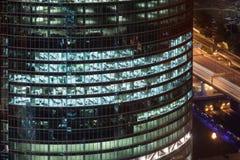 Vista piacevole alla torre ed alla via Immagine Stock