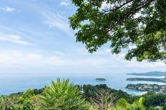 Vista piacevole con l'albero verde e la manifestazione di litorale al punto di vista di Karon Phuket, Tailandia Fotografia Stock