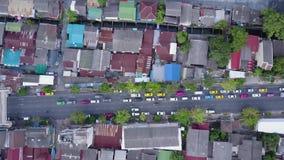 Vista piacevole dalla cima delle case con i tetti piastrellati Vista superiore delle case moderne e vecchie della città Paesaggio archivi video