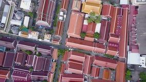 Vista piacevole dalla cima delle case con i tetti piastrellati Vista superiore delle case moderne e vecchie della città Paesaggio video d archivio