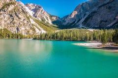 Vista piacevole del lago Braies nelle alpi italiane Immagini Stock Libere da Diritti