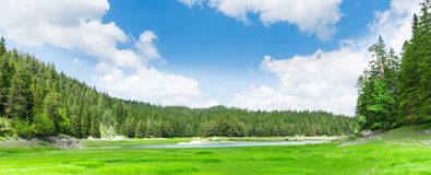 Vista piacevole del lago e delle montagne blu Fotografia Stock
