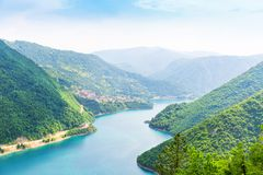 Vista piacevole del mare e delle montagne blu immagine stock libera da diritti