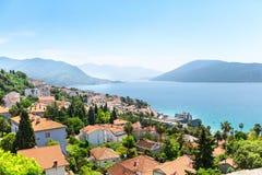 Vista piacevole del mare e delle montagne blu Fotografia Stock