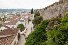 Vista piacevole della parete del castello e di Obidos Immagini Stock
