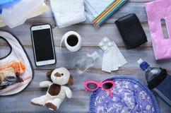 Vista piana di disposizione degli elementi essenziali della borsa del pannolino del bambino Immagini Stock