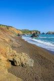Vista piena di sole sulla spiaggia selvaggia vuota del rodeo in California Fotografia Stock
