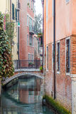 Vista pintoresca de góndolas en el canal estrecho lateral, Venecia, Italia Fotografía de archivo