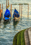 Vista pintoresca de góndolas en el canal estrecho lateral, Venecia, Italia Foto de archivo libre de regalías