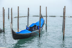 Vista pintoresca de góndolas en el canal estrecho lateral, Venecia, Italia Imágenes de archivo libres de regalías