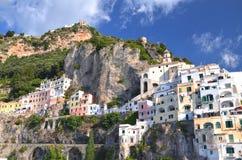 Vista pintoresca del centro turístico de verano Amalfi, Italia Imagen de archivo