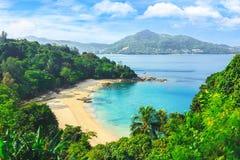 Vista pintoresca del mar de Andaman en la isla de Phuket, Tailandia Visión a través de la selva en la bahía y las montañas hermos imagen de archivo