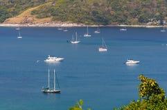 Vista pintoresca del mar tranquilo y de la línea de la playa fotografía de archivo
