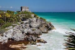 Vista pintoresca del templo antiguo en la roca y el Caribe Fotos de archivo