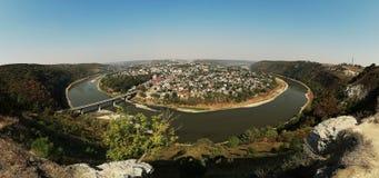 Vista pintoresca superior del barranco de la curva del río del verano y de la ciudad ucraniana famosa de Zalischyky Ucrania, Euro imagen de archivo libre de regalías