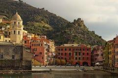 Vista pitoresca da baía e o quadrado com construções coloridas do vintage Opinião da paisagem da manhã fotos de stock royalty free