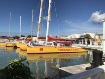 Vista pitoresca de barcos de vela na doca Imagem de Stock