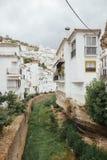 Vista pitoresca de casas brancas espanholas típicas Fotos de Stock Royalty Free