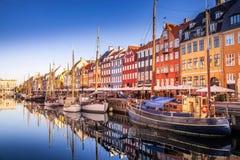 a vista pitoresca de construções históricas e de barcos amarrados refletiu na água calma, Copenhaga, Dinamarca Imagem de Stock Royalty Free