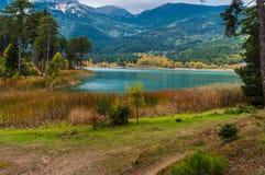 Vista pitoresca do lago Doxa em peloponnese norte de Grécia Imagem de Stock